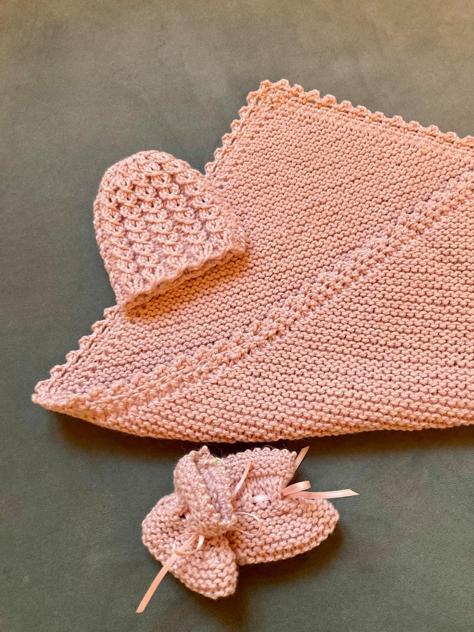 Plagg og pledd strikket med kjærlighet i hver maske